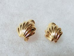 Monet・Gold Shell Motif Earring