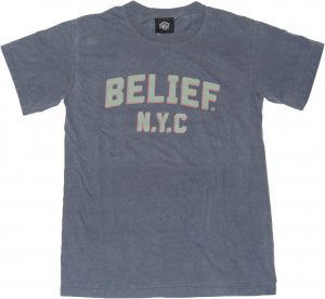 BELIEF NYC COLLEGE Tシャツ -デニム