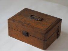 古い木箱とゴム印