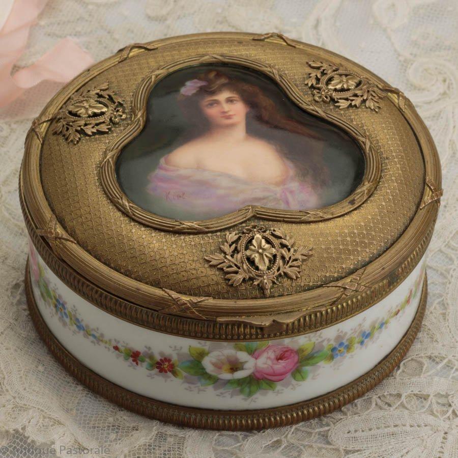 セーブルもしくはセーブルスタイル 女性の肖像画と薔薇のトリンケットボックス 真鍮細工の蓋付