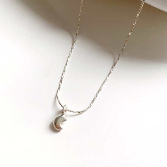 〈Silver Glitter Moon Necklace 〉