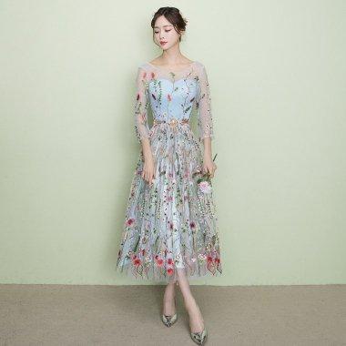 結婚式や二次会に レースアップの背中見せがフェミニンな花柄刺繍の袖ありカジュアルドレス