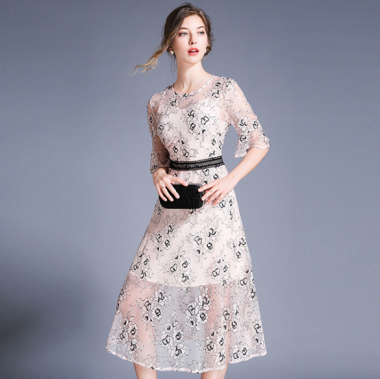 お呼ばれドレスに 上品フェミニンな花柄総レースの袖ありフレアワンピース