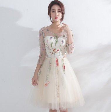 ボタニカル柄刺繍が上品かわいいたっぷりチュールの袖ありミディアムドレス