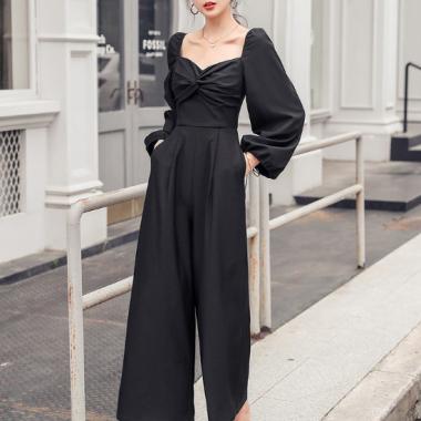 結婚式や二次会に エレガントなツイストギャザーの黒パンツドレス オールインワン