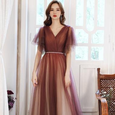 オトナ女子のお呼ばれスタイル ボリューミーなティアードシフォンのマキシ丈フレアドレス