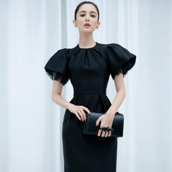 オトナ女子のパーティードレスに エレガントでおしゃれなボリューム袖のミディアム黒ワンピース