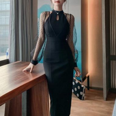オトナ女子のお呼ばれスタイル ホルターネック風透けシフォン袖の黒ワンピース ドレス