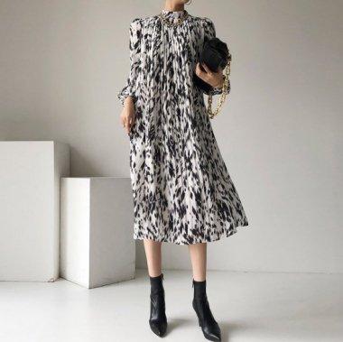 オトナ女子のお出かけスタイルに エレガントな総柄の長袖プリーツワンピース