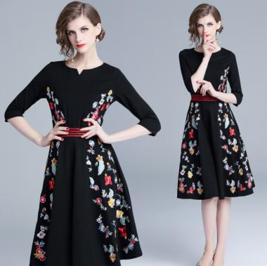 お呼ばれコーデにおすすめ カラフルなボタニカル刺繍の袖ありフレア黒ワンピース