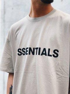 【FOG ESSENTIALS(フィアオブゴッドエッセンシャル)】 Silicon Logo Boxy S/S TEE  (半袖Tシャツ) Tan