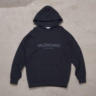 <img class='new_mark_img1' src='https://img.shop-pro.jp/img/new/icons7.gif' style='border:none;display:inline;margin:0px;padding:0px;width:auto;' />【VALENCIANO BY KELME(バレンシアーノ バイ ケレメ)】OVERSIZED LOGO HOODIE (ロゴ パーカー) Chacoal Black