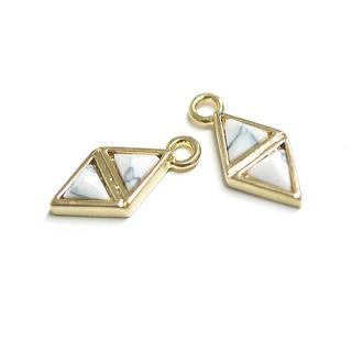 【1個】3D petit Duo triangleハウライト(Howlite)風ゴールドチャーム