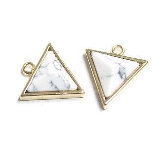 【1個】天然石〜ハウライトHowlite風3D三角形ゴールドチャーム