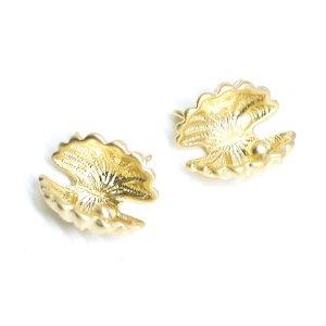 【2個入り】繊細&立体的なShell貝モチーフの両側カン付きマットゴールドコネクター、チャーム