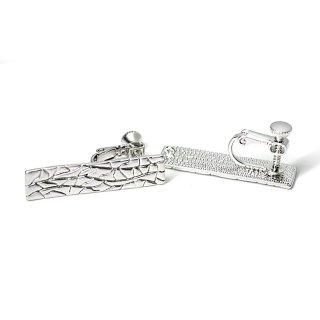 【1ペア】繊細な模様入り30mm長方形マットシルバーネジバネ&カン付きイヤリング