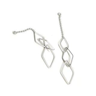 【2個入り】揺れる華奢な大きさ違いのダイヤモンド形チェーン付きマットシルバーチャーム、ペンダント