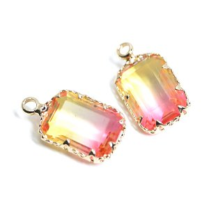 【1個】イエロー&ピンクの2色ガラススクエア形ゴールドチャーム