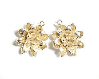 【2個入り】水連(Water Lily)モチーフのマットゴールド仕上げのコネクター、装飾、チャーム