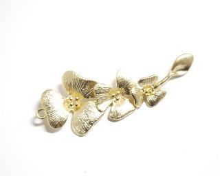 【1個】3つの花モチーフがつながったマットゴールド仕上げチャーム、パーツ