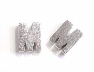 【2個入り】質感あるイニシャル M 大文字マッドシルバーチャーム、パーツ
