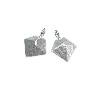 【2個入り】質感ある立体的なダイヤモンド形シルバーチャーム、パーツ