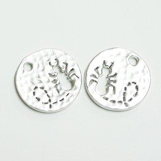 【2個入り】凹凸あるコインモチーフに刻まれたキュートなANT(蟻)!マットシルバーチャーム
