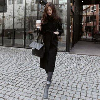 大人の通勤スタイル 黒のロングトレンチコート