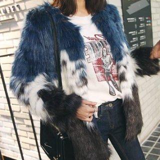 トリコロールのフェイクファーが個性的なジャケットコート