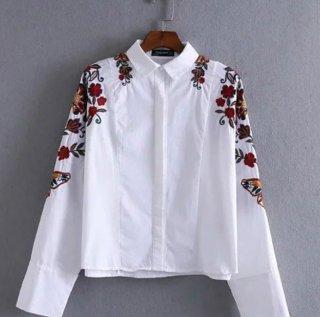 ボタニカル花柄と蝶々刺繍の白ブラウス