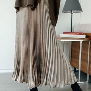 フレッシュでトレンド感のあるシアーな光沢プリーツスカート
