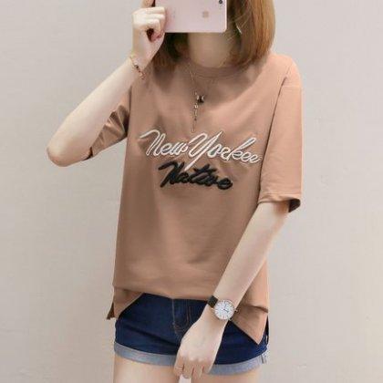 カジュアルすぎない大人フェミニンなドロップショルダーロゴ刺繍Tシャツ