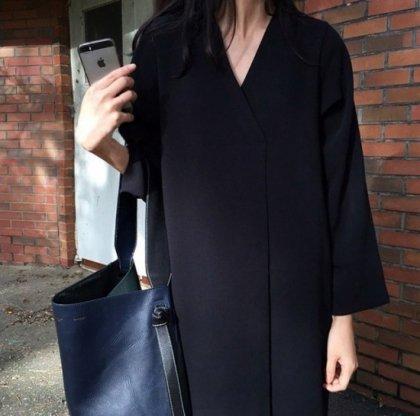 黒のワンカラーでスタイルアップ ゆったりシルエットの七分袖カジュアルワンピース