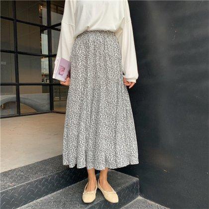 モノトーンのフラワープリントが大人かわいいマキシ丈のフレアスカート 2色