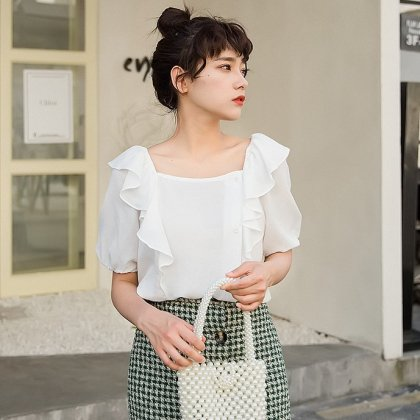 春夏におすすめ 大人かわいいフリルショルダーの半袖きれいめトップス 3色