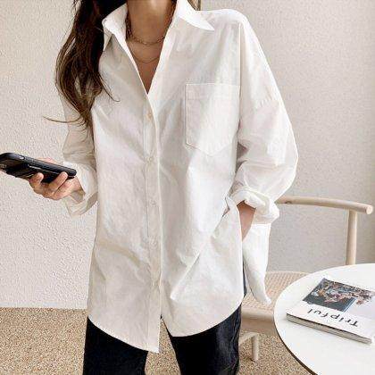 普段使いからオフィスまで活躍 大人カジュアルな長袖シンプル白シャツ トップス