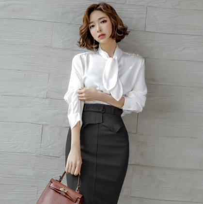 オフィスや通勤、お呼ばれにも エレガントな白トップスとタイト黒スカートのセットアイテム