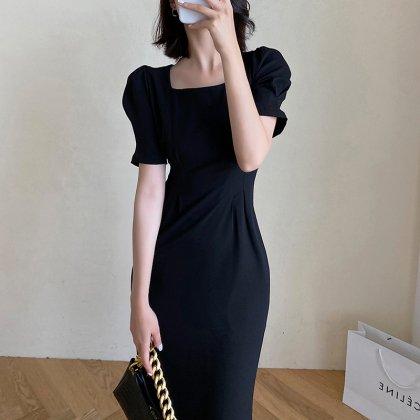シンプルかわいい大人スタイル 美シルエットのミディ丈きれいめ黒ワンピース