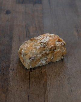 「ピヨトル」人気No.2のくるみとレーズンのパン
