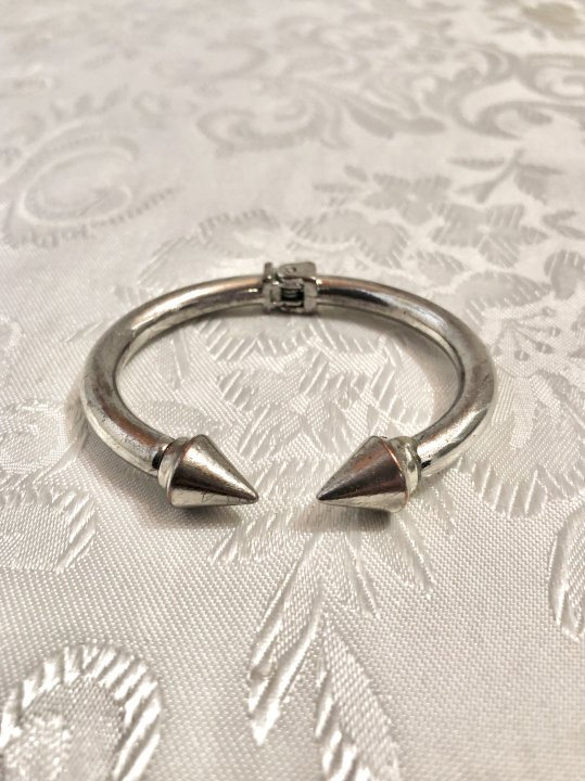 Vintage Silver Clasp Studs Design Bangle<img class='new_mark_img2' src='https://img.shop-pro.jp/img/new/icons50.gif' style='border:none;display:inline;margin:0px;padding:0px;width:auto;' />