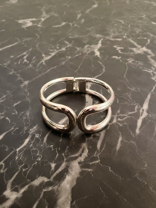 Vintage Silver Curvy Design Clasp Bangle<img class='new_mark_img2' src='https://img.shop-pro.jp/img/new/icons50.gif' style='border:none;display:inline;margin:0px;padding:0px;width:auto;' />